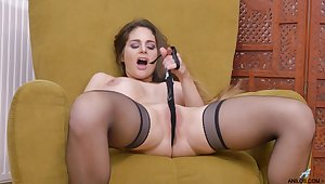 Handsome become man Cathy Heaven opens her yearn legs to masturbate